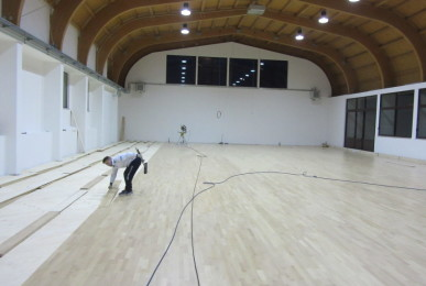 Stages of installation in the gymnasium of Vigano San Martino of over 600 square meters