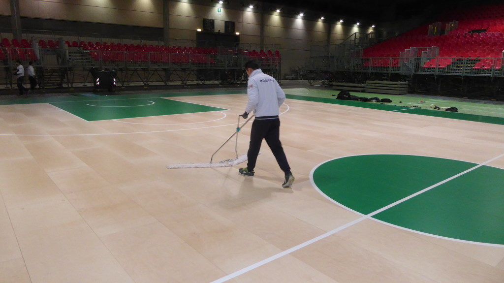 Final details before the official handover of the removable sports floor Dalla Riva Sportfloors