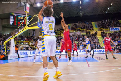 Another moment of Tezenis-Andrea Costa Imola. The new sports parquet has brought luck to local, victorious 87-65